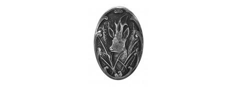 Calotte pommeau pour crosse pistolet en métal couleur argent. Gravures motif animalier chevreuil.